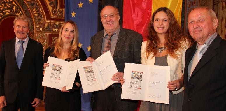Eingerahmt von Walter Bajohr (Stiftungssprecher der Konrad-Adenauer Stiftung) und Dr. Dieter Golombek (Sprecher der Jury) nehmen Linda Katharina Klein, Detlev Schmidt und Nadine Brkic die Auszeichnung entgegen. (Quelle: KAS)